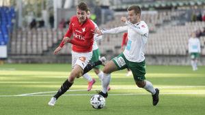 HIFK:s Joel Mattsson och MIFK:s Mikko Sumusalo kämpar om bollen