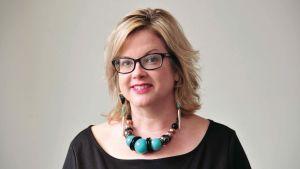 En ljushårig kvinna med glasögon.