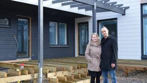Jenni och Jan Storbjörk utanför sitt kommande hem på mässområdet i Lojo.