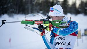 Tero Seppälä skjuter.