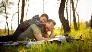 ett barn ligger på pappas rygg