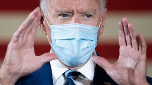 Joe Biden i munskydd.