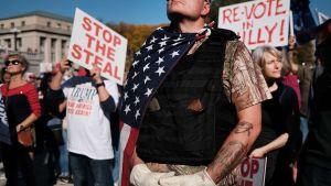 Demonstranter som stöder Trump och som anklagar demokraterna för valfusk.. Harrisburg, Pennsylvania 7.11.2020