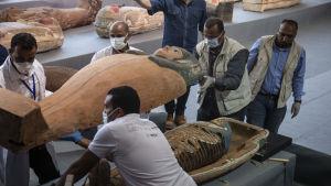 Sarkofagens lock öppnas