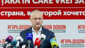 Rysslands president Vladimir Putin uppmanade folk att rösta på president Igor Dododn, men han fick bara 44 procent av rösterna.