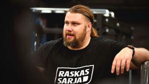 Mika Törrö i gymmet med en glad min