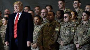 USA:s president Donald Trump står framför en rad soldater