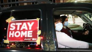 Exempelvis i Texas är sjukvårdssystemet nu hårt belastat. I måndags gick vårdpersonal i El Paso ut och vädjade till invånarna om att stanna hemma.