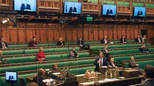 Premiärminister Boris Johnson är med på distans via Zoom i det brittiska parlamentet. 18.11.2020