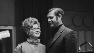 Näyttelijät Irma Loikkanen ja Pentti Laurio kuunnelmasarjasta Kauppisen pariskunta. Kuva vuodelta 1971.