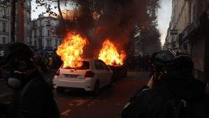 Bilar stacks i brand i Paris 28.11.2020