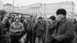 Warren Beatty, Diane Keaton ja joukko uteliaita ihmisiä Punaiset-elokuvan kuvauksissa Senaatintorilla.