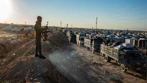 En vakt vakar över lägret al-Hol i nordöstra Syrien. Här förs syrier ut ur lägret. Lägerinvånarna består av misstänkta IS-krigares familjer. 24.11.2020