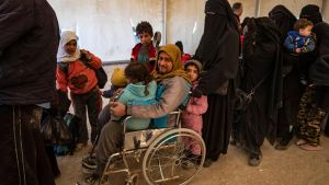 Syrier köar i väntan på att få lämna det överfyllda lägret al-Hol 24.11.2020