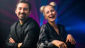 Constantinos Mavromichalis ja Emma Karasjoki juontavat uuden vuoden lähetyksen.