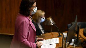 Mia Laiho i munskydd i riksdagen.