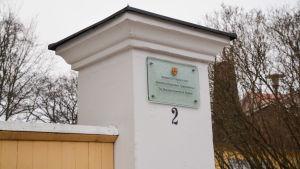 Port med en namnplatta där det står Domkapitlet, Borgå stift.