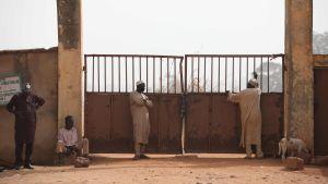 Föräldrar väntar vid skolporten till ett internat i Nigeria. Hundratals skolpojkar har kidnappats från skolan.