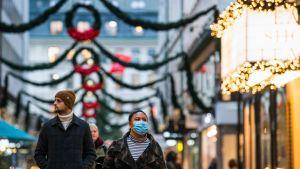 Människor på en gata i Stockholm.