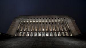 Riksdagshuset i Helsingfors fotograferat nerifrån i decembermörkret den 21 december 2020.