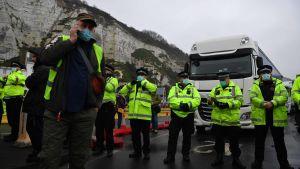 Poliser försöker hålla ordning i hamnen i Dover 23.12.2020