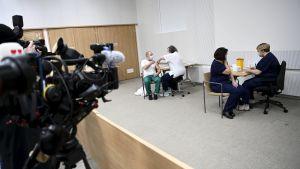 Personer får coronavaccin i Helsingfors universitetssjukhus den 27 december 2020.