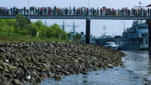Rohingya-flyktingar skickas från Bangladesh fastland ut till en ö. 4.12.2020 väntar de på att stiga ombord på ett fartyg.