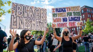 Personer demonstrerar i samband med en demonstration i Cincinnati den 4 september 2020.