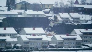 Hus har fallit ner i det stora svarta hålet efter ett jordskred i Norge 30.12.2020