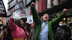 En brittisk domstol beslöt 4.1.2021 att Julian Assange inte ska utlämnas till USA. Människor jublar på gatan.