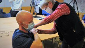 Akutläkaren Teemu Pöytäkangas coronavaccineras av Minna Bonn.