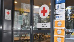 Bredvid dörrren till akuten vid Vasa centralsjukhus finns skyltar där man kan läsa hur man ska gå tillväga om man tror att man är coronasmittad.