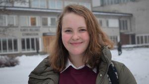 Ellen Hellberg på Karis högstadiums skolgård.