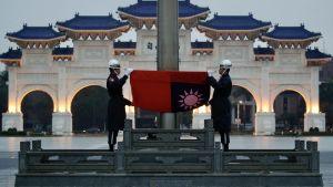 Taiwan välkomnar USA:s beslut och hoppas på ökat samarbete. Här hissas Taiwans flagg upp på självständighetstorget i huvudstaden Taipei.