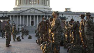 Sokldater ur nationalgardet utanför Capitoleum i Washington DC