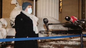 Tiede ja kulttuuriministeri Annika Saarikko saapuu säätytalolle.