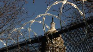 Stängsel med taggtråd omgärdar Capitolium i Washington DC.