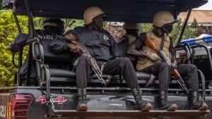 Säkerhetsstyrkor i närheten av oppositionskandidaten Bobi Wines hem, fotograferade idag, den 16 januari.