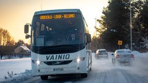 Linja-auto maantiellä Virkkala–Lohja–Helsinki-reitillä