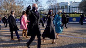 USA:s nya presidentpar tog en en kort promenad på vägen till Vita huset