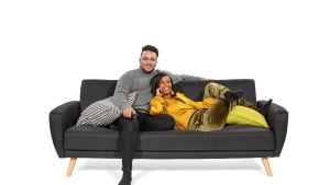 Hamza ja Mihret makoilevat sohvalla.