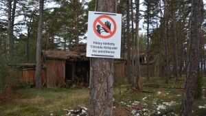 Området med de förfallna tyska barackerna på Hangö udd är inte öppet för allmänheten.