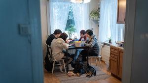 Jessica Lindgren har en hjärntumör. Hennes mamma Kristine Söderholm har tagit hand barnen under sjukdomsperioden.