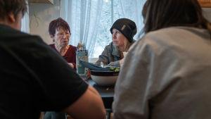 Jessica Lindgren äter middag med sin mamma och barn.