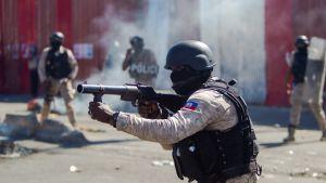 Polisen i Port-au-Prince svarade med att avfyra tårgasgranater mot demonstranterna.