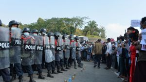Kravallpolis och demonstranter fotograferade i Naypyidaw på måndagen.