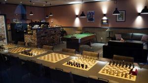 Flera schackbräder på ett bord.