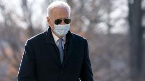 Presidentti Biden Valkoisen talon edustalla maanantaina.