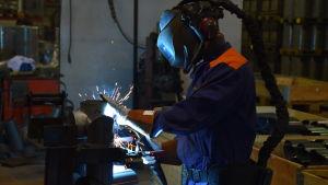 Svetsning på en fabrik som tillverkar bastuugnar.