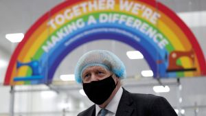 Boris Johnson besöker en enhet som tillverkar skyddsutrustning. 13.2.2021